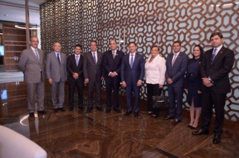 Ejecutivos del Grupo Palace junto a ejecutivos de Banreservas y autoridades dominicanas.
