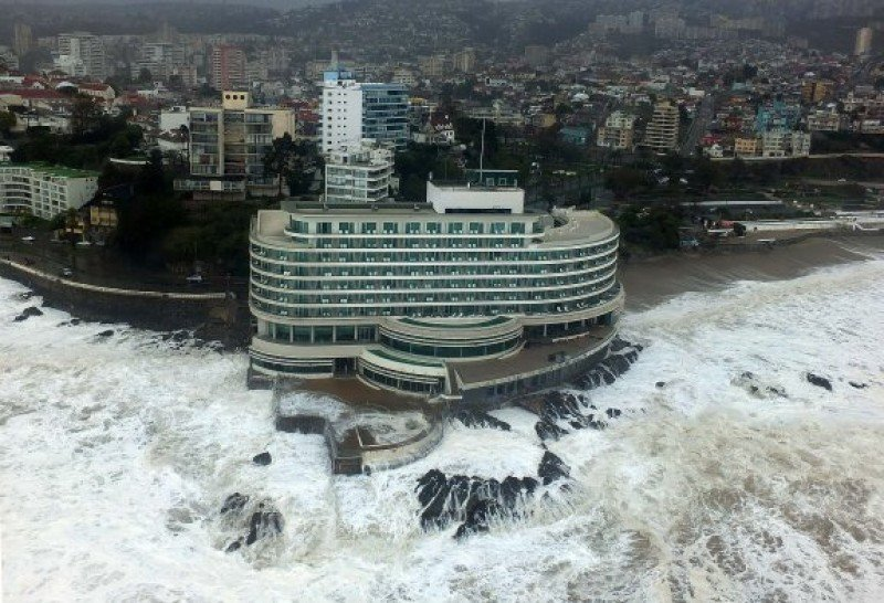 El Sheraton Valparaíso rodeado de olas gigantes. Foto: Radio Cooperativa.