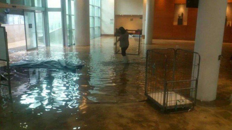 El lobby del Sheraton Valparaíso fue inundado y el hotel debió cerrar su puertas.