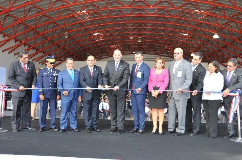 Autoridades cortan la cinta para el primer vuelo de Pawa Dominicana.