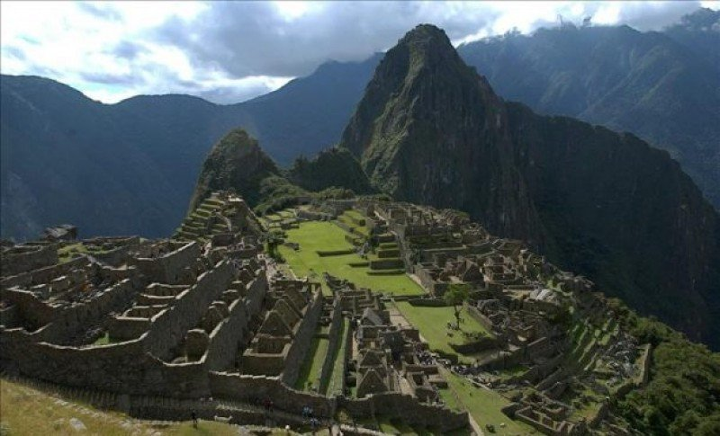 Perú refuerza seguridad de turistas que se dirigen a Machu Picchu desde Cuzco.