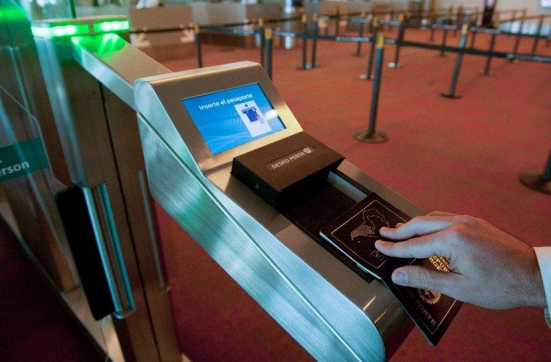 Ezeiza suma puertas automáticas de ingreso y egreso biométrico.