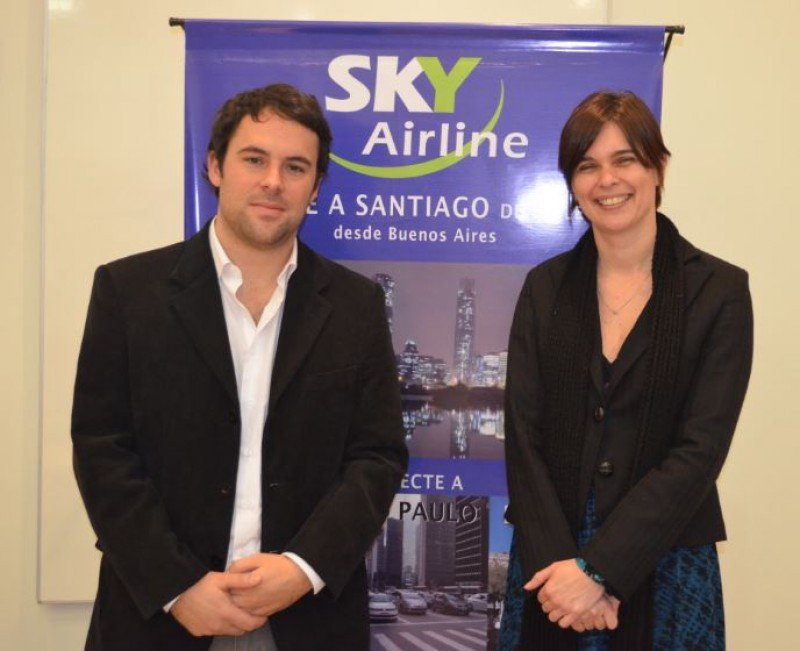 Sebastián Echeverría (Subgerente de Ventas Internacionales de Sky Airline) y Andrea Jans (Gerente Regional Buenos Aires Sky Airline).