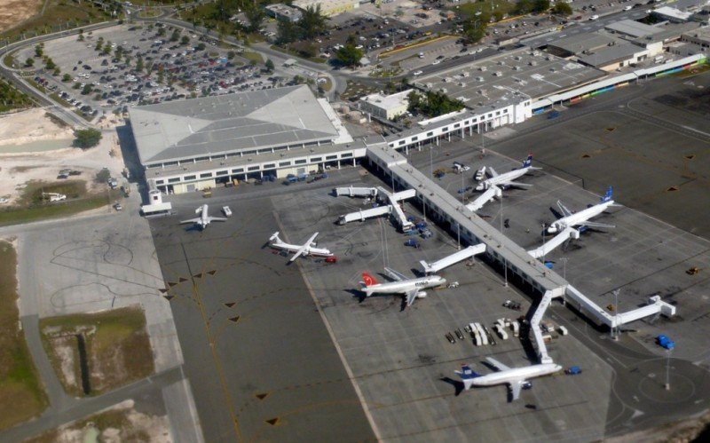 Vista aérea del Aeropuerto Internacional Lynden Pindling de Bahamas.