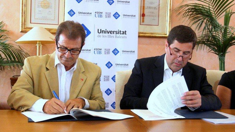 De Dcha a Izq. Joan Vilà, presidente de Hotelbeds Group, y Llorenç Huguet, rector de la UIB.