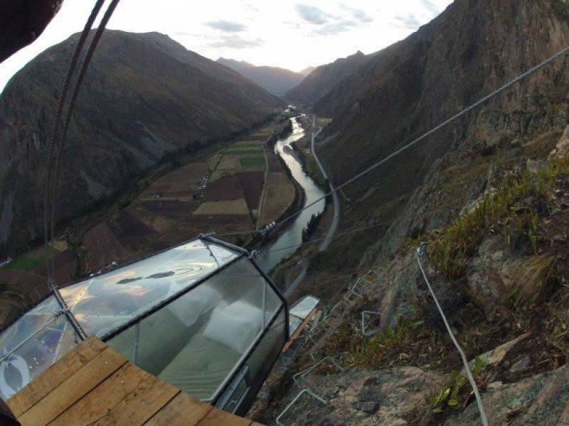 Las cápsulas se encuentran ubicadas a 400 metros de altura y el acceso a ellas puede ser por una vía ferrata o en tirolina.