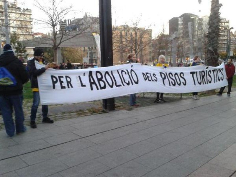 Protesta contra pisos turísticos en Barcelona.