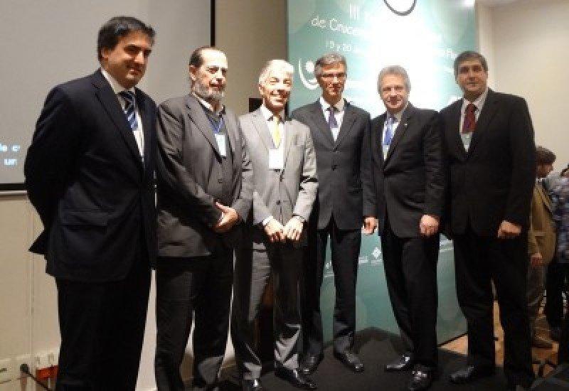 El director ejecutivo de MSC Cruceros Sudamérica junto a otros expositores del Encuentro Regional de Cruceros y autoridades uruguayas.
