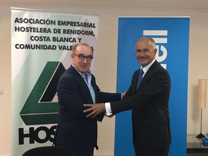El presidente de HOSBEC, Antonio Mayor, y Jaime Matas, director territorial de Banco Sabadell, en el acto de firma del convenio.