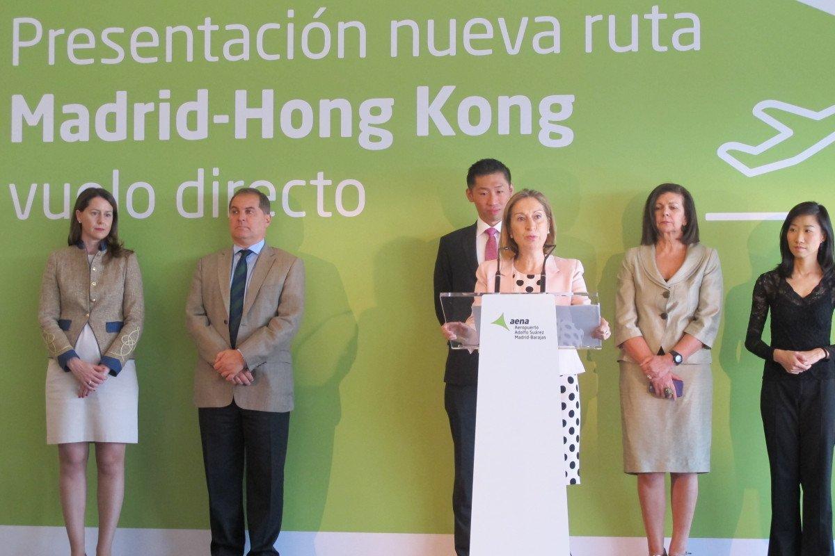 Además de Ana Pastor y Kinto Chan, en el acto estuvieron presentes -de izquierda a derecha-  la directora del aeropuerto, Elena Mayoral; el presidente de Aena, José Manuel Vargas, la secretaria general de Transportes, Carmen Librero, y una representante de la oficina de turismo de Hon Kong.