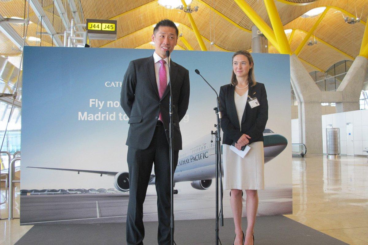 Kinto Chan, director de asuntos internacionales de Cathay Pacific Airways, y Philippa Tregear, responsable de la compañía en España.