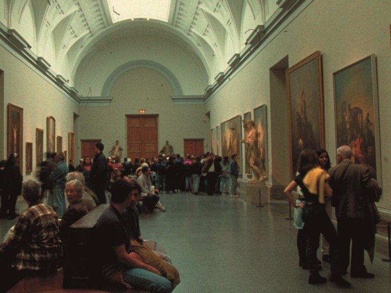 Visitantes en el Museo del Prado, Madrid.