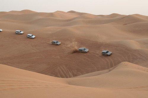 Los turistas viajan en vehículos todo terreno por el Desierto Occidental. #shu#