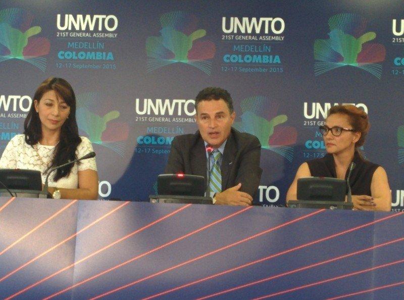 El alcalde de Medellín,Ángel Gaviria, en el centro, durante una rueda de prensa ofrecida en el marco de la asamblea general de la OMT.