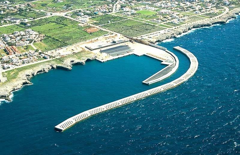 Cruceros de gran tamaño se alejan de Ciutadella, en Menorca