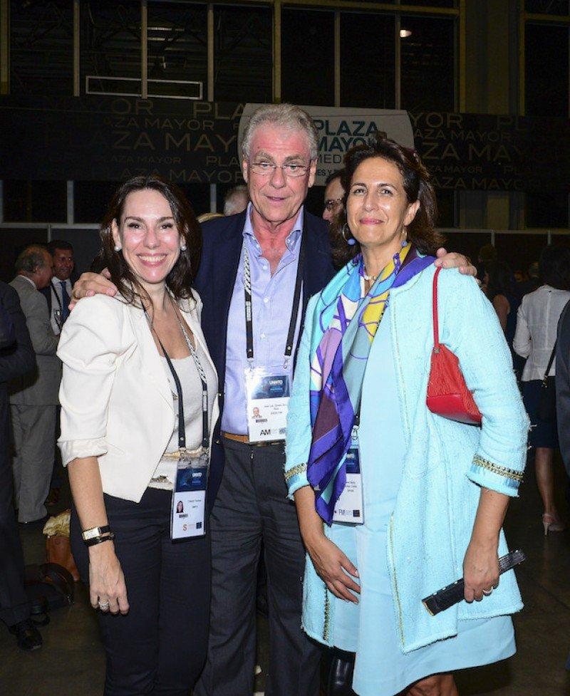 PRESENCIA ESPAÑOLA EN LA ASAMBLEA GENERAL DE LA OMT EN MEDELLÍN. Yolanda Perdomo, directora de Miembros Afiliados de la OMT, con José Luis Zoreda, vicepresidente de Exceltur, y la Secretaria de Estado de Turismo, Isabel Borrego.