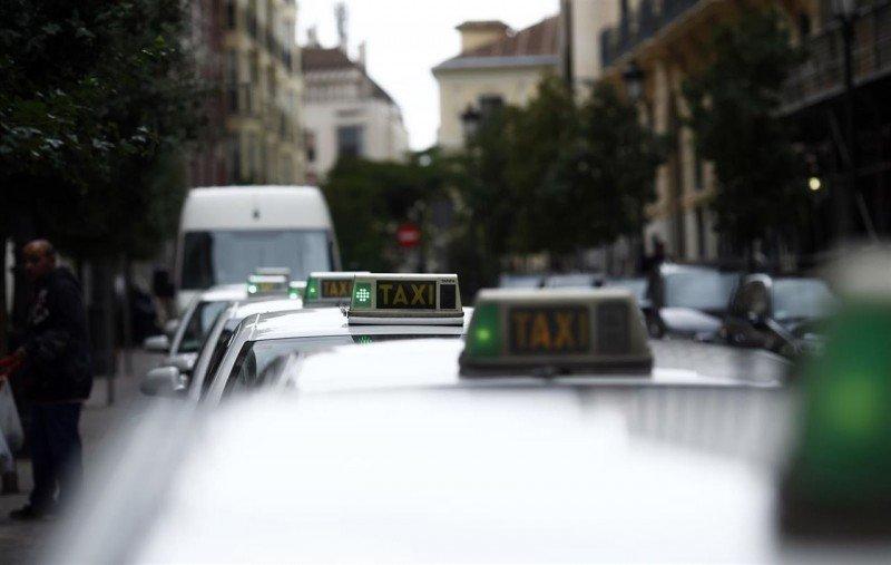Taxistas de cinco países europeos bloquean Bruselas para protestar contra Uber