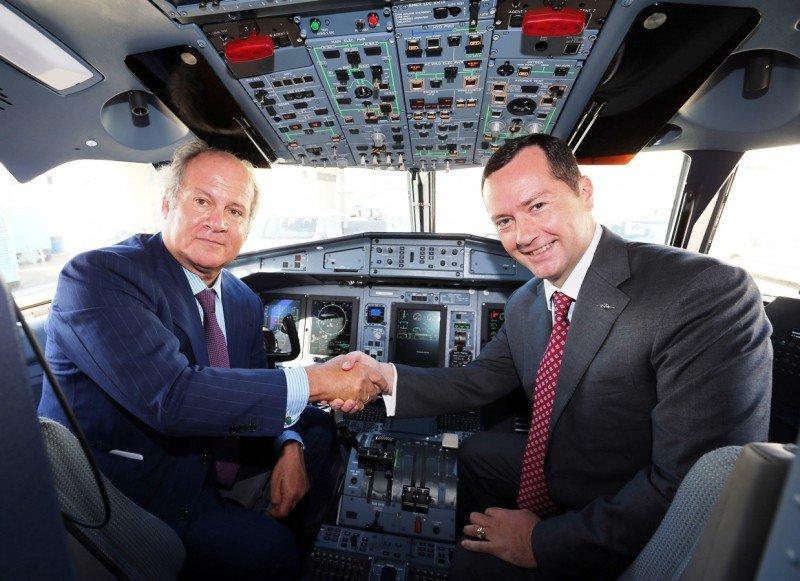 El presidente de Binter, Pedro del Castillo (i) y el CEO de ATR, Patrick de Castelbajac (d).