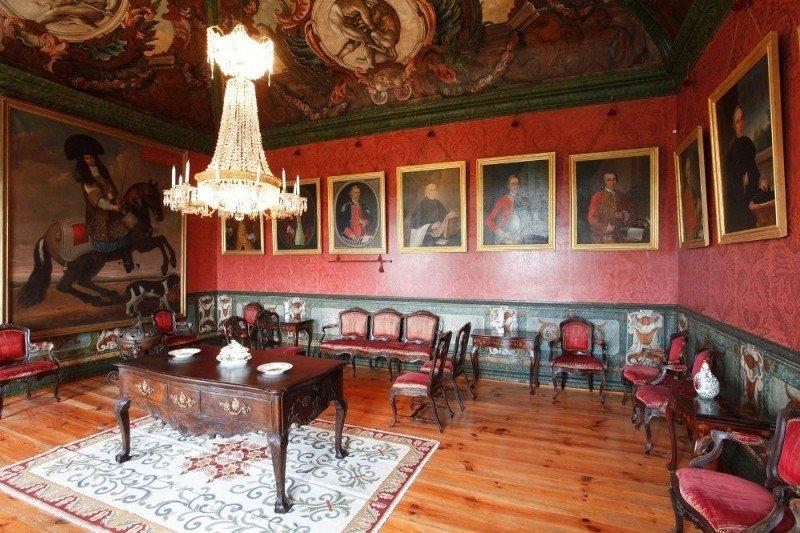 El inmueble, construido en el siglo XVIII, es de estilo barroco.
