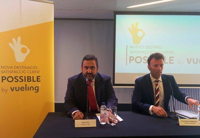 Álex Cruz, presidente de Vueling, y David García, nuevo director comercial de la compañía, en la rueda de prensa ofrecida ayer en Barcelona.