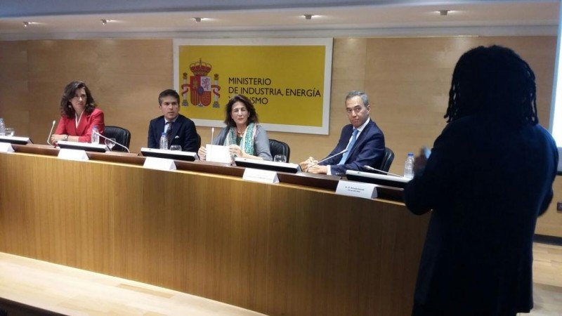 De izq. a dcha, Ángeles Alarcó; Adolfo Mesquita, secretario de Turismo de Portugal; Isabel Borrego; y Frederico Costa, presidente de Visabeira Turismo, en el acto que estuvo moderado por Amuda Goueli, CEO de Destinia.