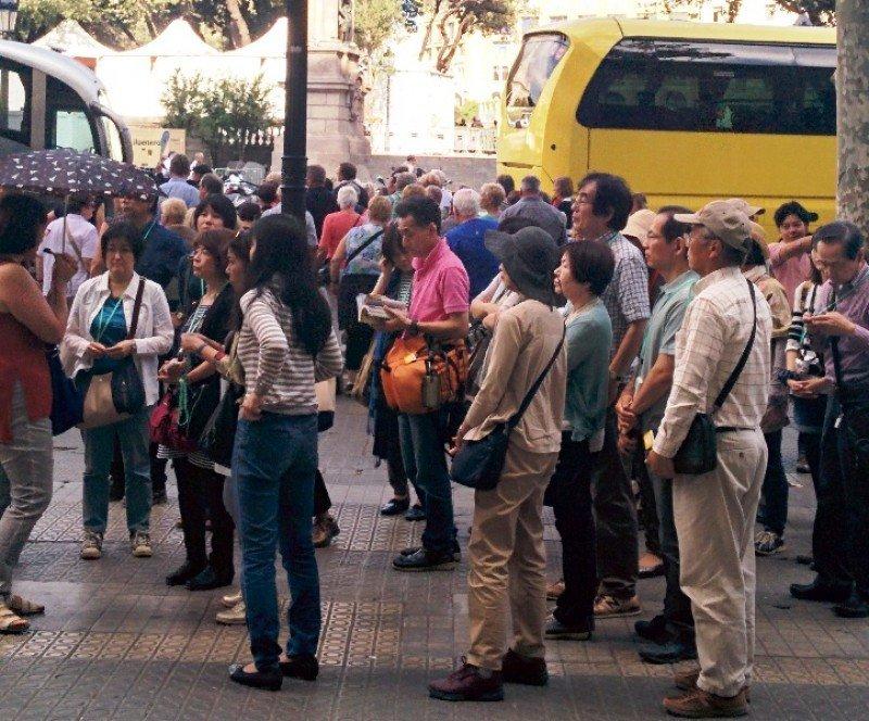 Un grupo de turistas japoneses en Barcelona, el pasado lunes.