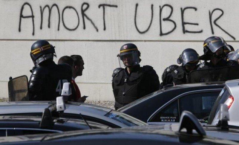 La policía antidisturbios francesa intervino en París durante la protesta nacional de los taxistas el pasado mes de junio (Foto: REUTERS / CHARLES PLATIAU).