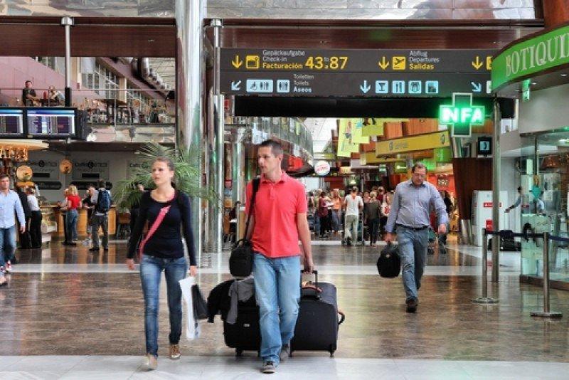 Pasajeros en el aeropuerto de Tenerife Sur. #shu#