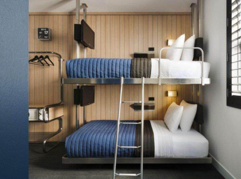 Las habitaciones dobles, con literas, disponen de todo por duplicado, hasta de televisiones, que los clientes pueden escuchar con auriculares. En la imagen, el Pod 39.