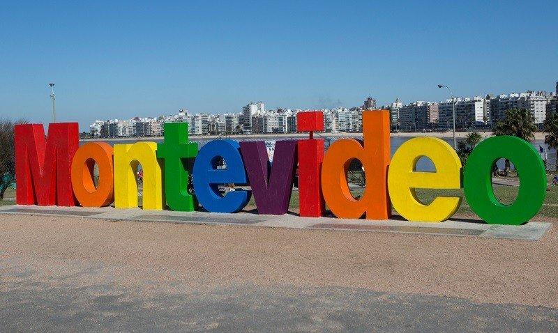 En el mes de la diversidad las letras del cartel que identifica a Montevideo fueron pintadas con los colores del arco iris.