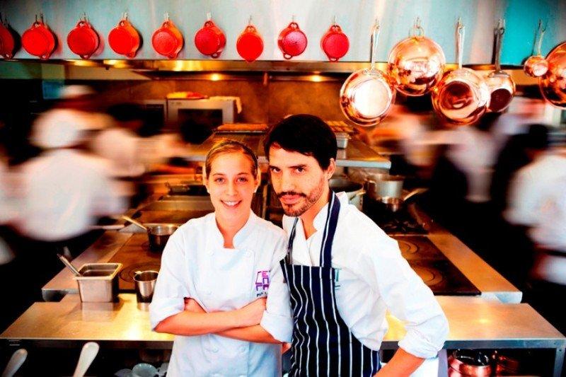 Pía León y Virgilio Fernández en la cocina de Central.