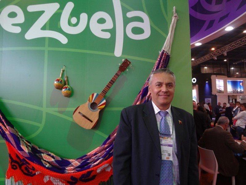 Alí Padrón, viceministro de Turismo Internacional de Venezuela en el stand de su país en la FIT 2015.