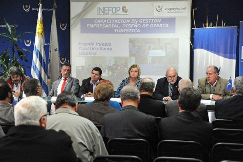 Autoridades en la firma del convenio para formar a cientos de trabajadores. Foto: Presidencia.