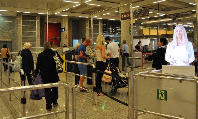 Se hallan ubicados justo antes de las puertas automáticas lectoras de las tarjetas de embarque.