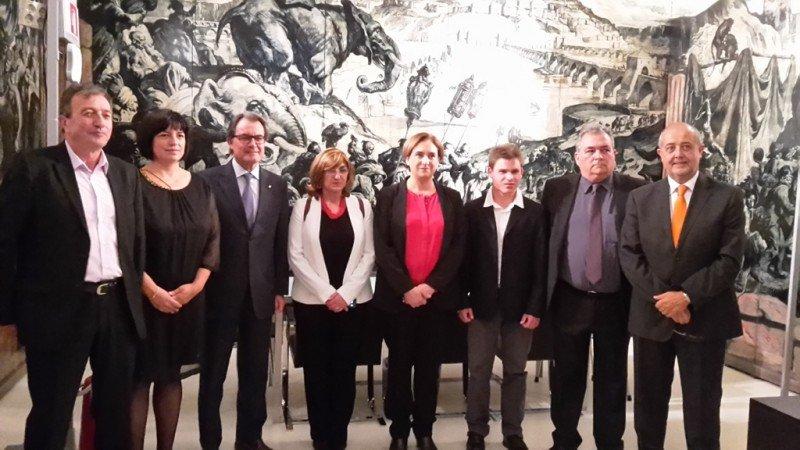 El presidente de la Generalitat, Artur Mas, el consejero de Empresa i Ocupació, Felip Puig, y la alcaldesa de Barcelona, Ada Colau, con los premiados.