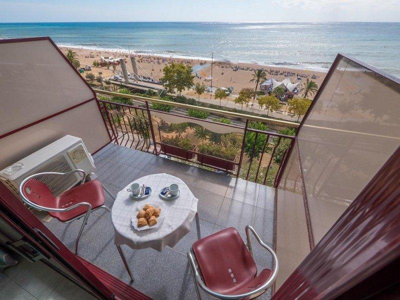 El Checkin Garbí se ubica en primera línea de playa en plena zona comercial y hotelera de Calella.