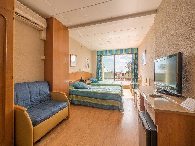 El hotel cuenta con 154 habitaciones entre individuales, dobles y triples, algunas de ellas comunicadas entre sí.