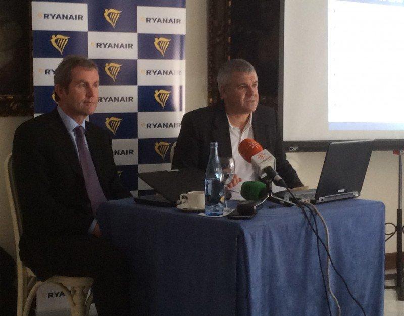 El director de Operaciones de Ryanair, Mick Hickey, y el responsable de Ventas y Marketing para España, José Espartero (de izqu. a dcha.).