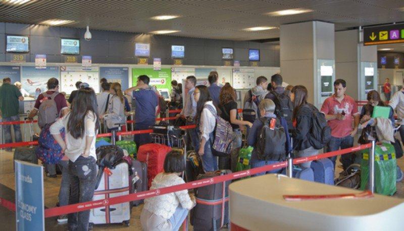 Pasajeros en el aeropuerto de Madrid Barajas. #shu#