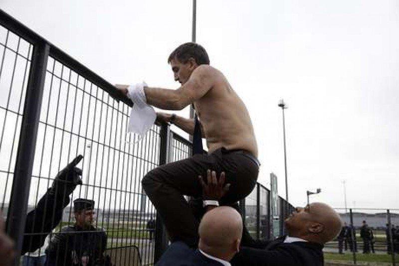 El responsable de Recursos Humanos de la compañía, Xavier Brosseta, tuvo que huir, ya sin camisa, saltando la valla del edificio.