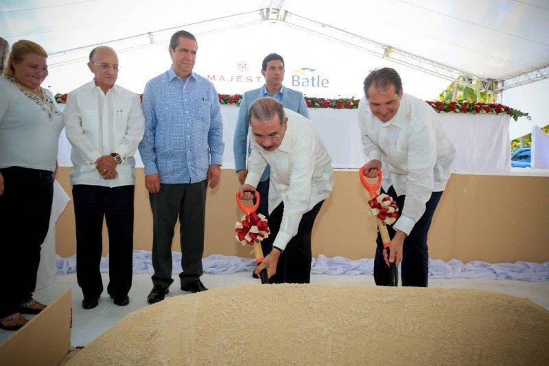 El presidente de República Dominicana, Danilo Medina, fue el encargado de dar el primer palazo.