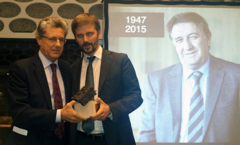 El hijo de Martínez Fraile, Ignacio, fue el encargado de recoger el galardón de manos del vicepresidente de CEAV, Martí Sarrate.