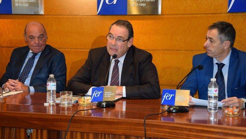 Joan Molas en la rueda de prensa posterior a la reunión del Comité Ejecutivo, acompañado de Demetrio Domínguez y Jaime García-Calzada.