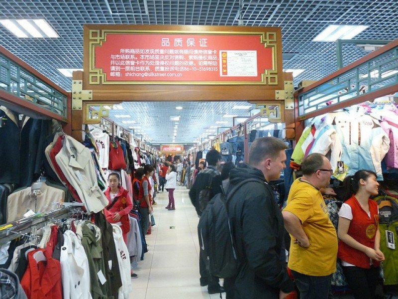 Turistas en el Mercado de la Seda de Pekin.