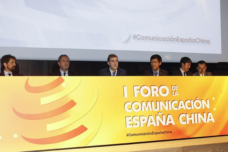 De izq. a dcha, el director de Cepsa Química; Luis Aldina, director de Soxna; Carlos Sentís, director general de Henkuai; Zhang Zhiyun, director general de la Oficina de Turismo de China en España; Peter Han, director de Air China; y el traductor.