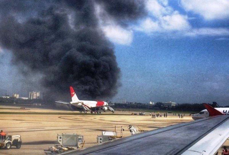 Al menos 21 pasajeros heridos, uno grave, al incendiarse un avión en un aeropuerto de Florida (Foto: twitter @chrisdick).