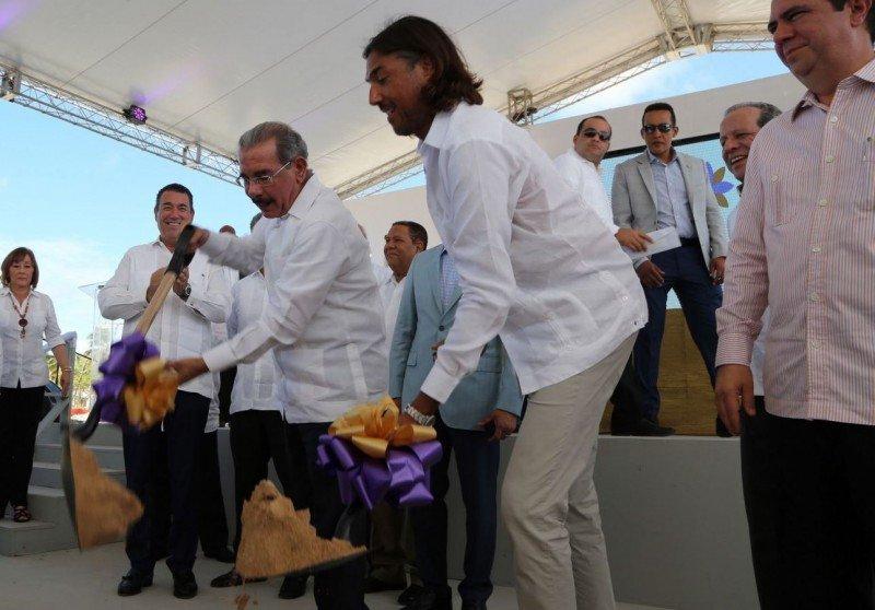 El presidente Medina y ejecutivos del grupo inversor dan inicio a la construcción del complejo.
