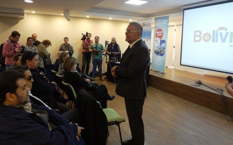 El gerente de Amaszonas Uruguay, Carlos Pera, anunció la formación de la empresa y sus frecuencias a Buenos Aires ante un auditorio de agentes y profesionales.