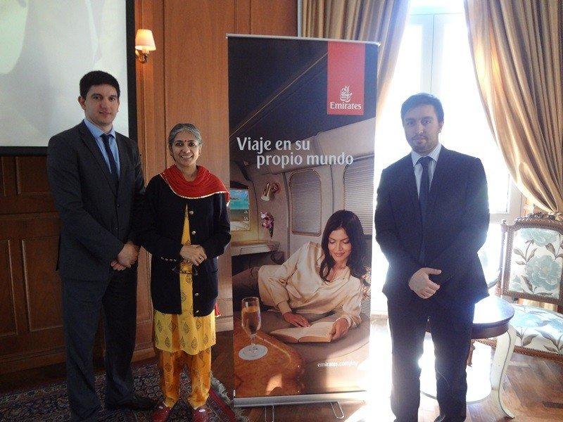 Juan Pablo Vázquez y Rodrigo Lestido de Emirates junto a Meenakshi Vashist del Ministerio de Turismo de la India.