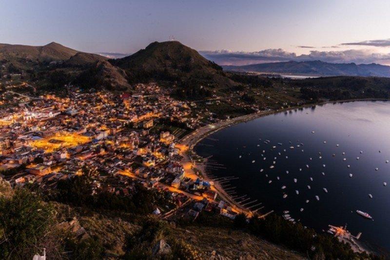 La atractiva ciudad de Copacabana, a orillas del lago Titicaca. #shu#